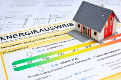 Energieausweis und Modell des Hauses